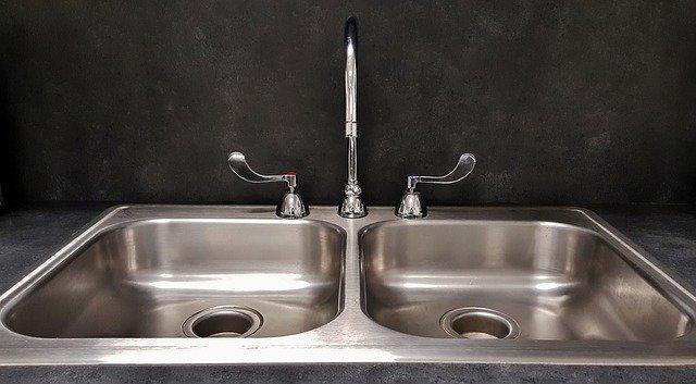 Zlewozmywak ze stali szlachetnej jest odporny na wysoką temperaturę, fot. Pixabay.com