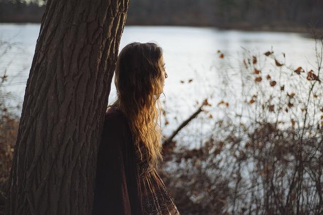 Przytulanie się do drzew może rodzić pewne obawy, ale spróbuj się przełamać, fot. Pixabay.com