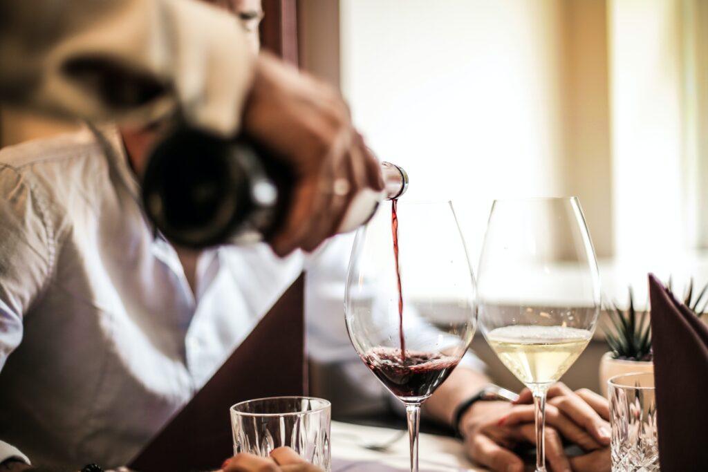 Plamy po winie mogą być wyjątkowo uciążliwe, fot. Pexels.com