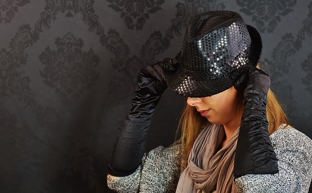 Cekiny sprawdzą się także w dodatkach, takich jak kapelusze, fot. Pixabay.com