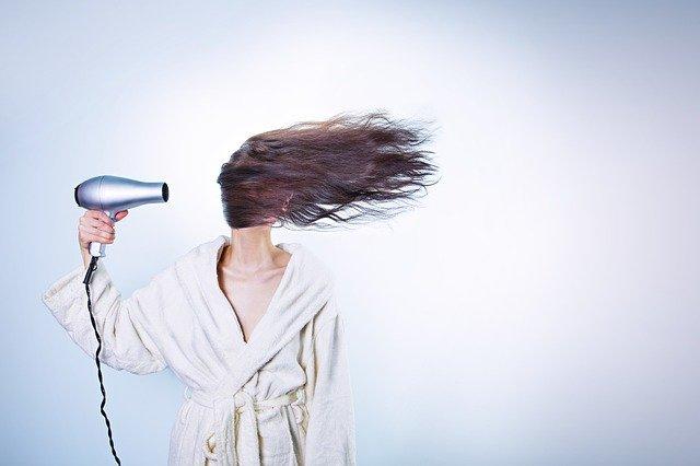 Lepiej, by nie suszyć włosów, z których spływa woda, fot. Pixabay.com