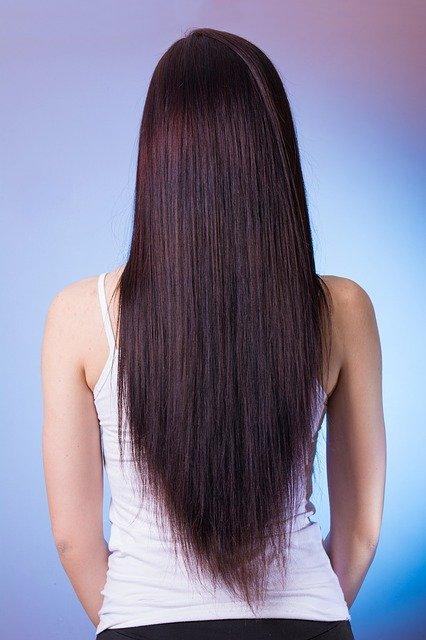 Keratynowe prostowanie włosów nie tylko wyprostuje, ale też wygładzi i odbuduje nasze włosy, fot. Pixabay.com
