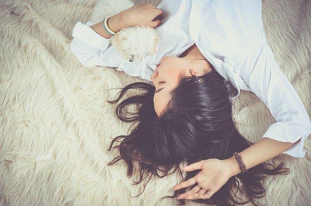 Powinnyśmy spać co najmniej 7-9 godzin, fot. Pixabay.com